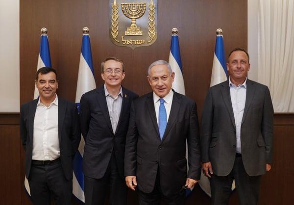 """מימין: יניב גרטי, מנכ""""ל אינטל ישראל; ראש הממשלה, בנימין נתניהו; פט גלסינגר, מנכ""""ל אינטל; ופרופ' אמנון שעשוע, מנכ""""ל מובילאיי. צילום: ליאור דסקל"""