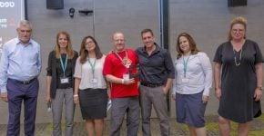 """הצוות הזוכה עם רונית אטד, מנכ""""לית מיקרוספט ישראל (ראשונה מימין), ודב קוטלר, מנכ""""ל בנק הפועלים (ראשון משמאל). צילום: ענבל מרמרי"""