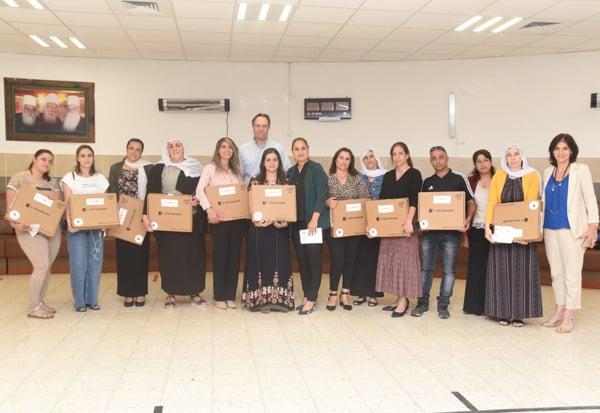 אורי בן ארי, נשיא ומייסד קרן אתנה, עם המורים והמורות ביאנוח ג'ת. צילום: אמיר אלון