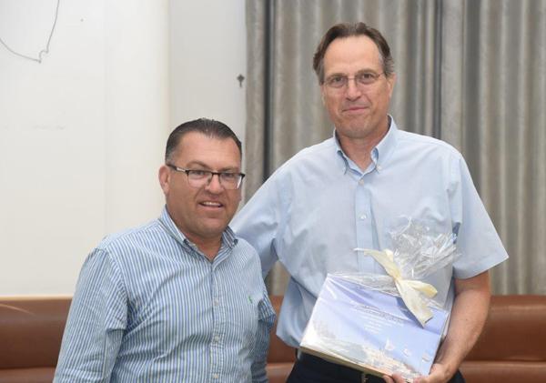 מימין: אורי בן ארי, מייסד ונשיא קרן אתנה, ומודי סעד, ראש מועצת יאנוח ג'ת. צילום: אמיר אלון