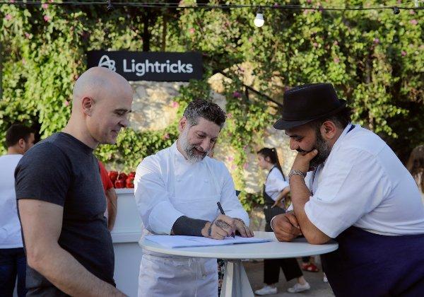 """אסף גרניט ואורי נבון, בעלי מחניודה, חותמים על הסכם עם מייסד-שותף ומנכ""""ל לייטריקס, ד""""ר זאב פרבמן. צילום: ריקי רחמן"""