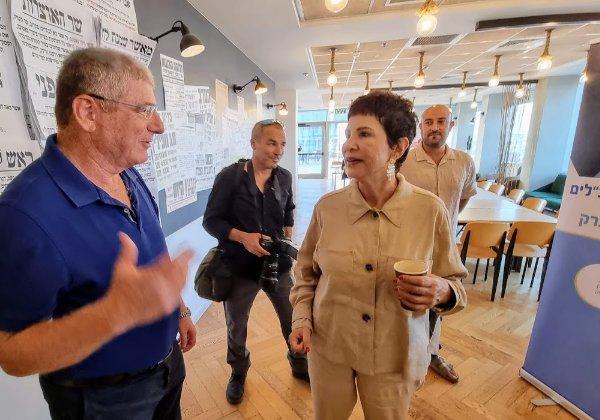 """מימין: דליה אסיא-פלד, מנכ""""לית אנשים ומחשבים משוחחת עם אליעזר שקדי. צילום: פלי הנמר"""