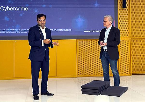 """מימין: מארק גזית, מנכ""""ל ת'טה ריי, וסלמאן ג'פרי, מנהל הפיתוח העסקי של DIFC - בכנס בדובאי. צילום: יח""""צ"""