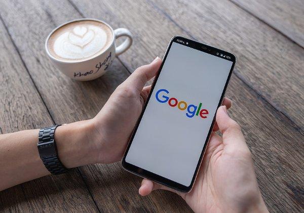 קריסה עם הקפה של הבוקר. אפליקציית גוגל. צילום אילוסטרציה: BigStock