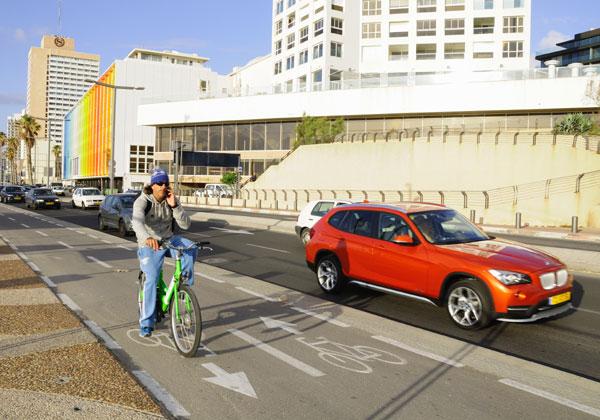 תחבורה פרטית וציבורית (האופניים הם של תל אופן) בטיילת בתל אביב. צילום אילוסטרציה: BigStock