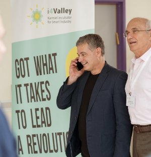 """סיון יחיאלי, מנכ""""ל i4valley, ולצידו: פרופ' אריה מהרשק, נשיא המכללה האקדמית להנדסה אורט בראודה. צילום: מיכאל תומרקין"""
