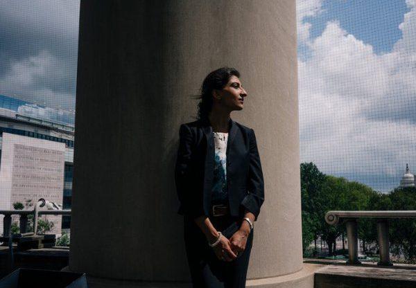 """גם פייסבוק מבקשת את פסילתה. לינה קאן, היו""""ר החדשה של ה-FTC. צילום מתוך אתרה של קאן"""