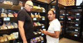 מימים לשמאל: רמי לוי ואבי כץ בהשקת רשת הסופרים Q. צילום: איציק בירן