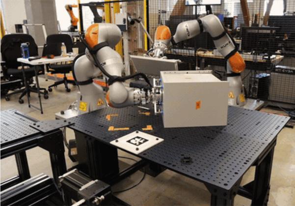 שני רובוטים תעשייתיים המרכיבים רהיט פשוט. צילום: הבלוג של X