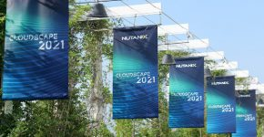 דגלי Nutanix Cloudscape בכניסה לאירוע בלאגו. צילום: עמית אלפונטה