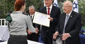 נשיא המדינה, ראובן ריבלין, ושר הביטחון, בני גנץ, מעניקים את פרס ביטחון ישראל. צילום: אריאל חרמוני, משרד הביטחון