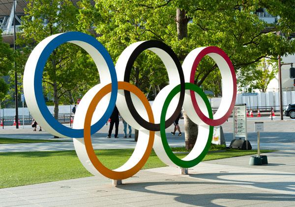 הסמל האולימפי בטוקיו. צילום: BigStock