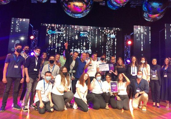 """הזוכים במיזם השנה - בני נוער מבאר שבע יחד עם מנכ""""ל יוניסטרים ומייסדה, רוני צארום. צילום: יוניסטרים"""