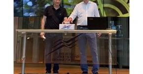 """מימין לשמאל: ז'אן לואי סטאסי, סגן נשיא בכיר לשותפויות וחדשנות בשניידר אלקטריק, ודורון קרופמן, מנהל תכנית החדשנות של שניידר אלקטריק בישראל. צילום: יח""""צ"""