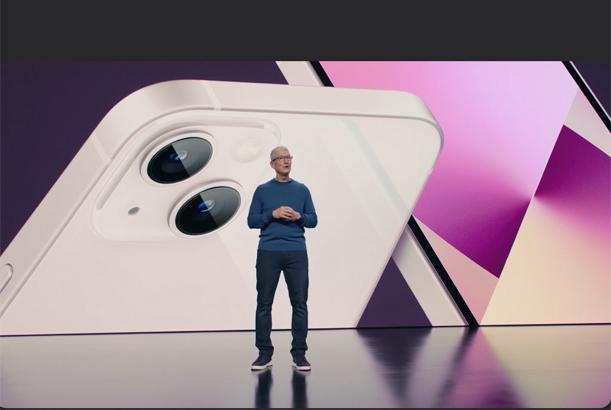 """מציג את iPhone 13 החדש. טים קוק, מנכ""""ל אפל. צילום מסך"""