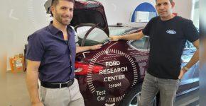 """מימין לשמאל: בועז הרטל, מנהל מרכז המחקר והחדשנות של פורד, וחן שמילו, מנהל התכנית של קרן אימפקט 8200. צילום: יח""""צ פורד"""