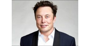 """מחייך ברכב החשמלי כל הדרך אל הבנק - ואל החלל. אילון מאסק, מייסד ומנכ""""ל טסלה ו-SpaceX."""