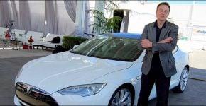 """אילון מאסק, מנכ""""ל טסלה, לצד טסלה Model S בשנת 2011."""