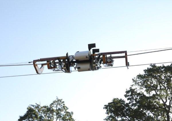 """גם זה של פייסבוק. הרובוט Bombyx המטל בסיבים אופטיים. צילום: יח""""צ"""