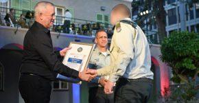 רב סרן א' (מימין) מקבל אות הצטיינות משר הביטחון בני גנץ (משמאל). במרכז - הרמטכ''ל, רב אלוף אביב כוכבי. צילום: דובר צה''ל